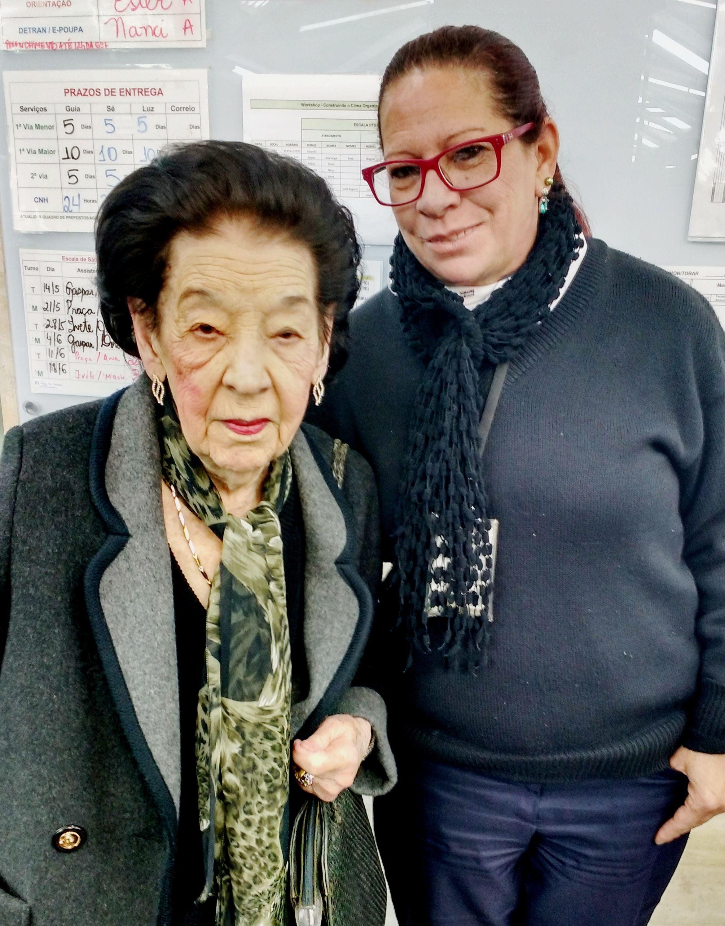 """Jair Tueni completou 99 anos de idade no último Dia dos Namorados. Menos de uma semana depois, ela foi ao Poupatempo Sé atualizar o RG. Após concluir o serviço, demorou-se em elogios e demonstrações de carinho aos funcionários. """"Nunca fui tão bem atendida"""", disse."""