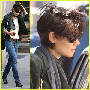 Katie Holmes Hair Flies Away Katie Holmes Hair Short Hair Styles Short Hair Haircuts