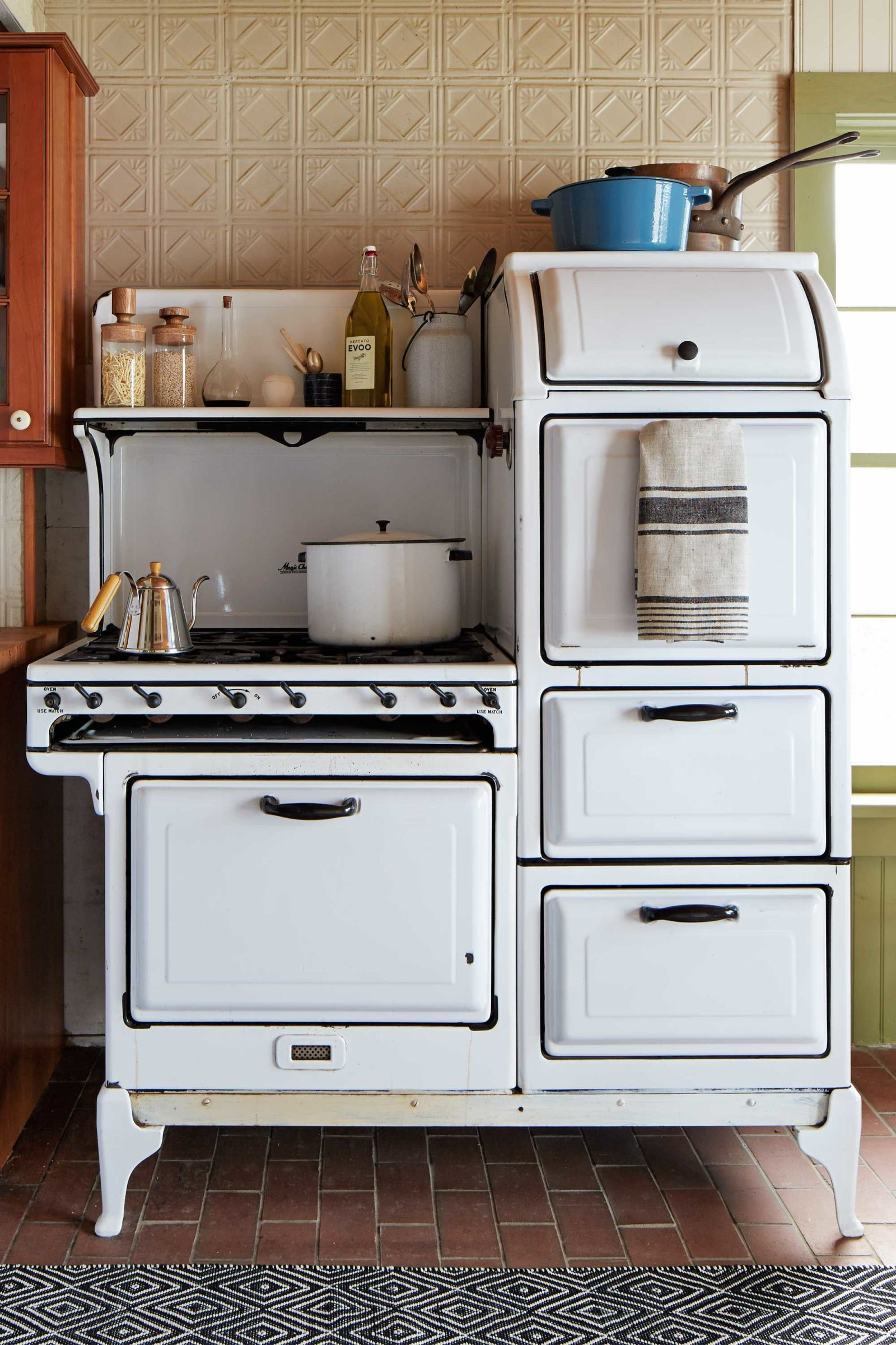 13 Vintage Kitchen Features That Should Have Never Gone Out Of