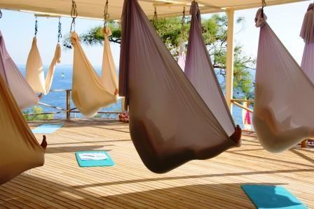 Yoga im Tuch ist relativ neu. An diesem Tuch wird Antigravity Yoga gezeigt. Im Robinson Club SARIGERME PARK in der Türkei kann man sich einfach fallen lassen.