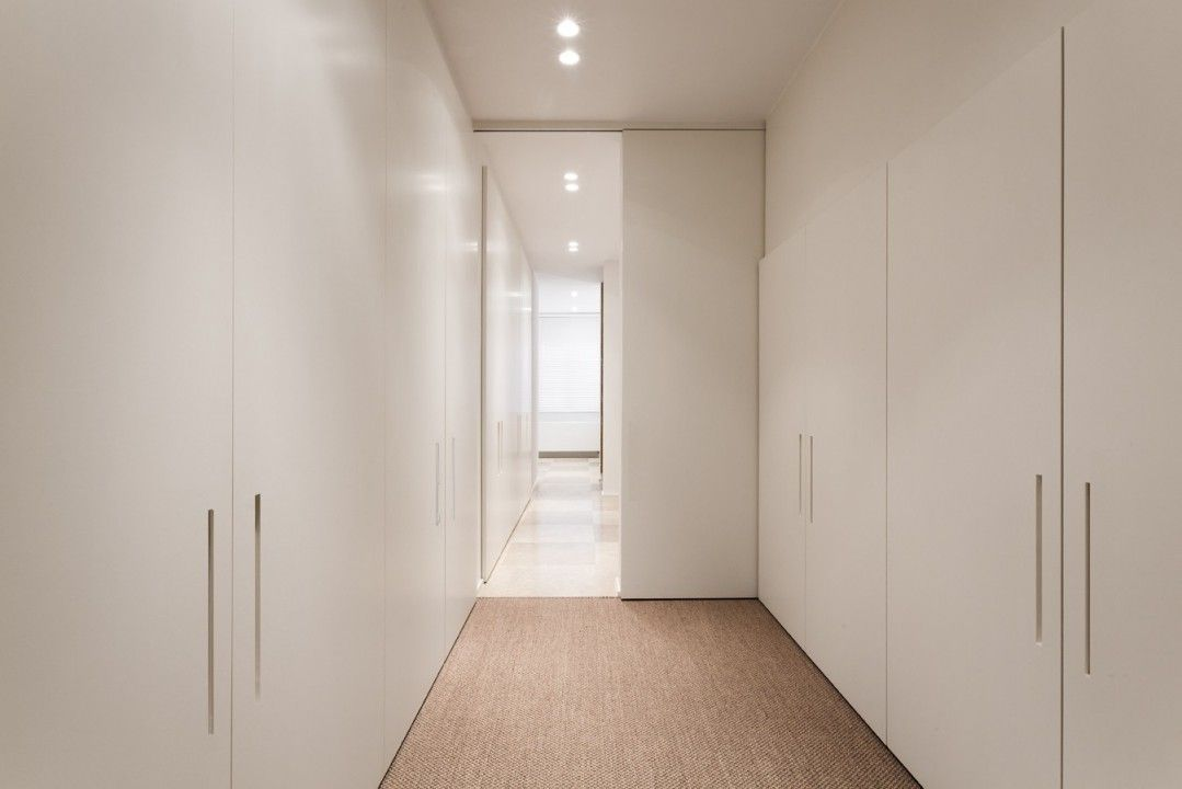 Moderne inbouwkasten in hal draaideuren met ingefreesde