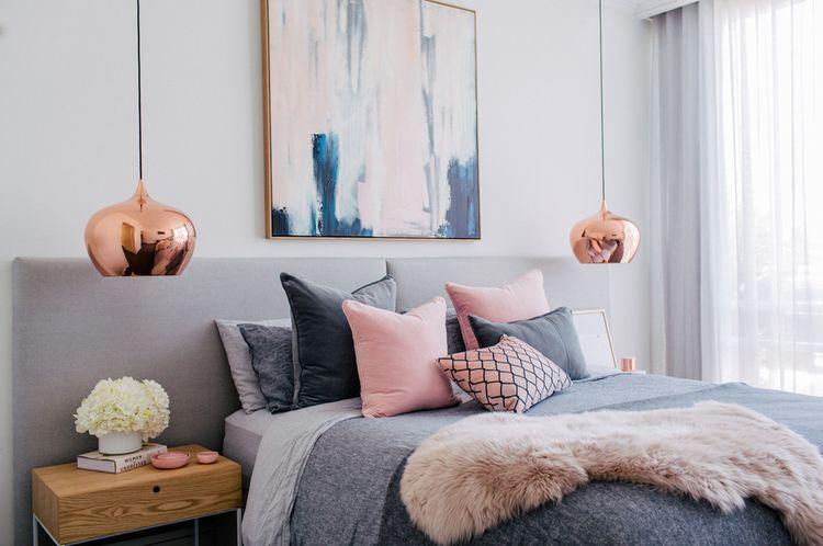 серая спальня картина розовый интерьер