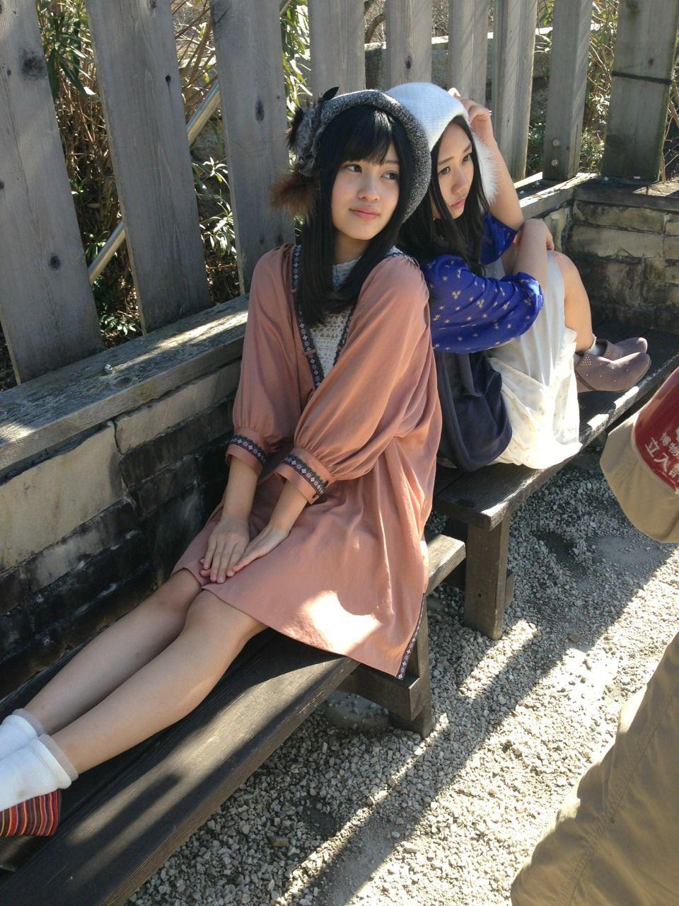 ミニスカート姿の東李苑さん