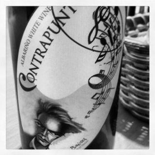 Bonita etiqueta para un vino blanco.