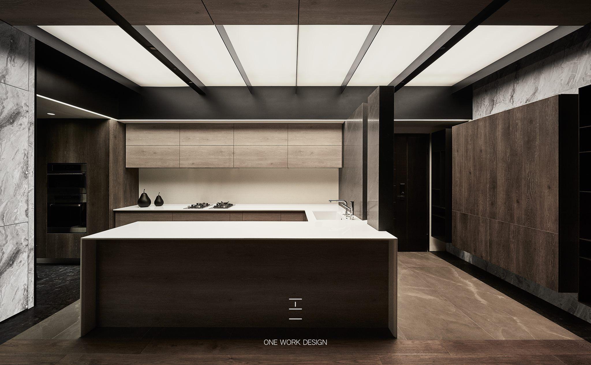 低調奢華 流明天花板在空間中顯大氣 比起間接照明 光線更均勻 與崁燈 投射燈相比 溫和又不刺眼 在空間中運用大量流明造型的天花板 好處在於整個室內居家燈光 光照度勻稱 視覺效果大 Kitchen Inspirations Kitchen Dining Room Lighted Bathroom Mirror