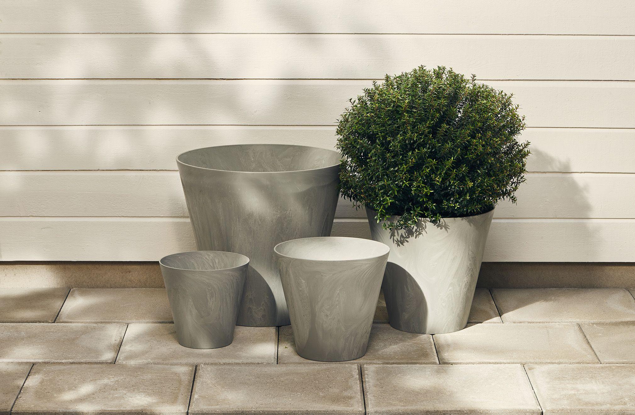 Pihaa kaunistavat kukkaruukut (14-2430-14-2433 ! Moderni malli, joka muistuttaa betonia/marmoria. Valmistettu lujasta polyamidista. Pakkasen ja UV-säteilyn kestävä, ei vedenpoistoa.