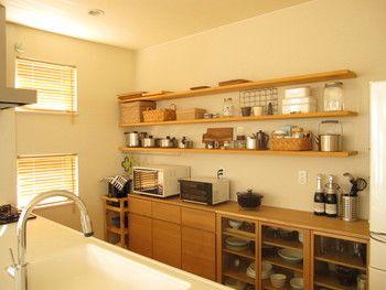 キッチン棚とブラインドの色味がマッチしていて統一感があるキッチンです。 こんな素敵なキッチンでお料理したら、いつも以上においしく作れそう♪