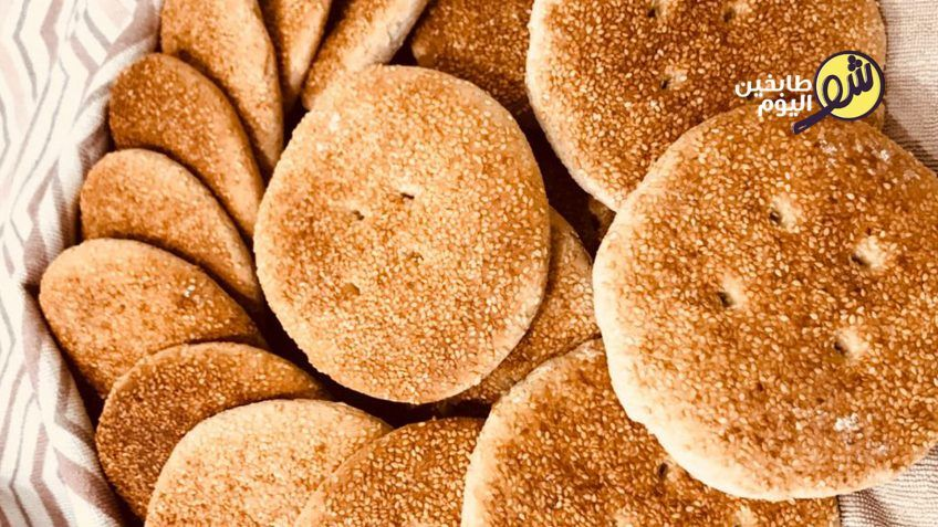 المكونات 1 كيلو طحين2 كوب ماء كوب سكر ملعقتان صغيرتان خميرة ملعقة صغيرة محلب مطحونملعقة صغيرة يانسون مطحونسمسم أبيض غير محمص Middle Eastern Recipes Food Bread