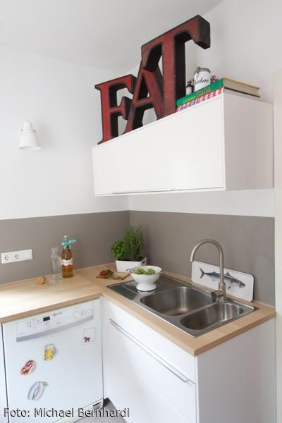 Miniküche | Wandschränke, Schriftzug und Stauraum