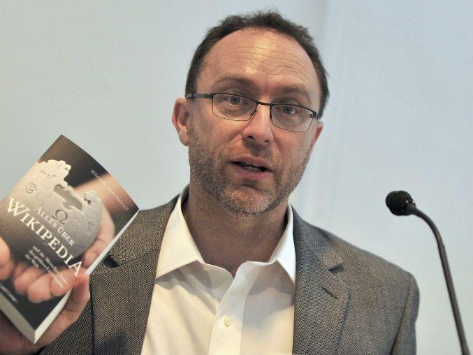 La figura más importante en la democratización de la información en la era del Internet, probablemente sea el co-fundador de Wikipedia Jimmy Wales, quien se cuenta entre los ganadores del 2015 del