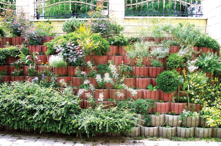 gartengestaltung-hanglage-hochbeete-pflanzenkuebel-rundziegel, Garten ideen