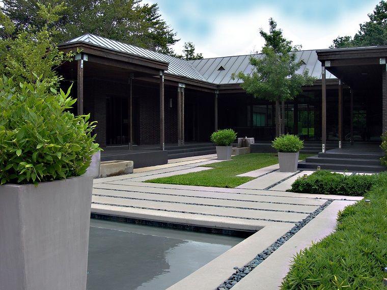 Jard n moderno con camino que rodea el estanque jardin - Paisajismo minimalista ...