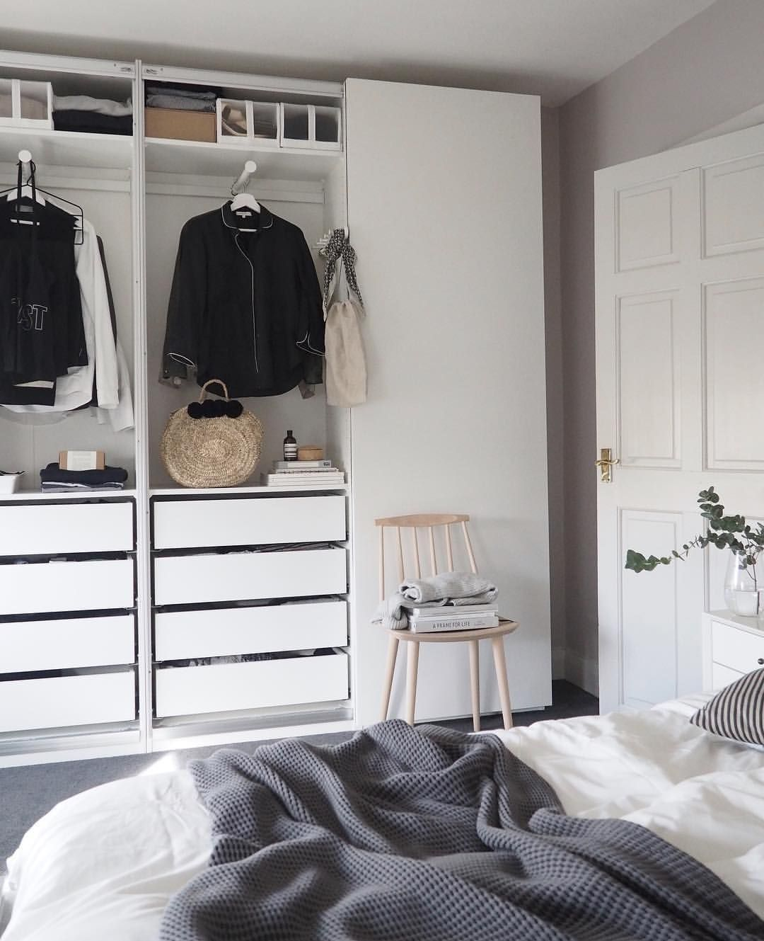 Calm, quiet bedroom with Farrow & Ball Peignoir. Ideas for a clutter ...
