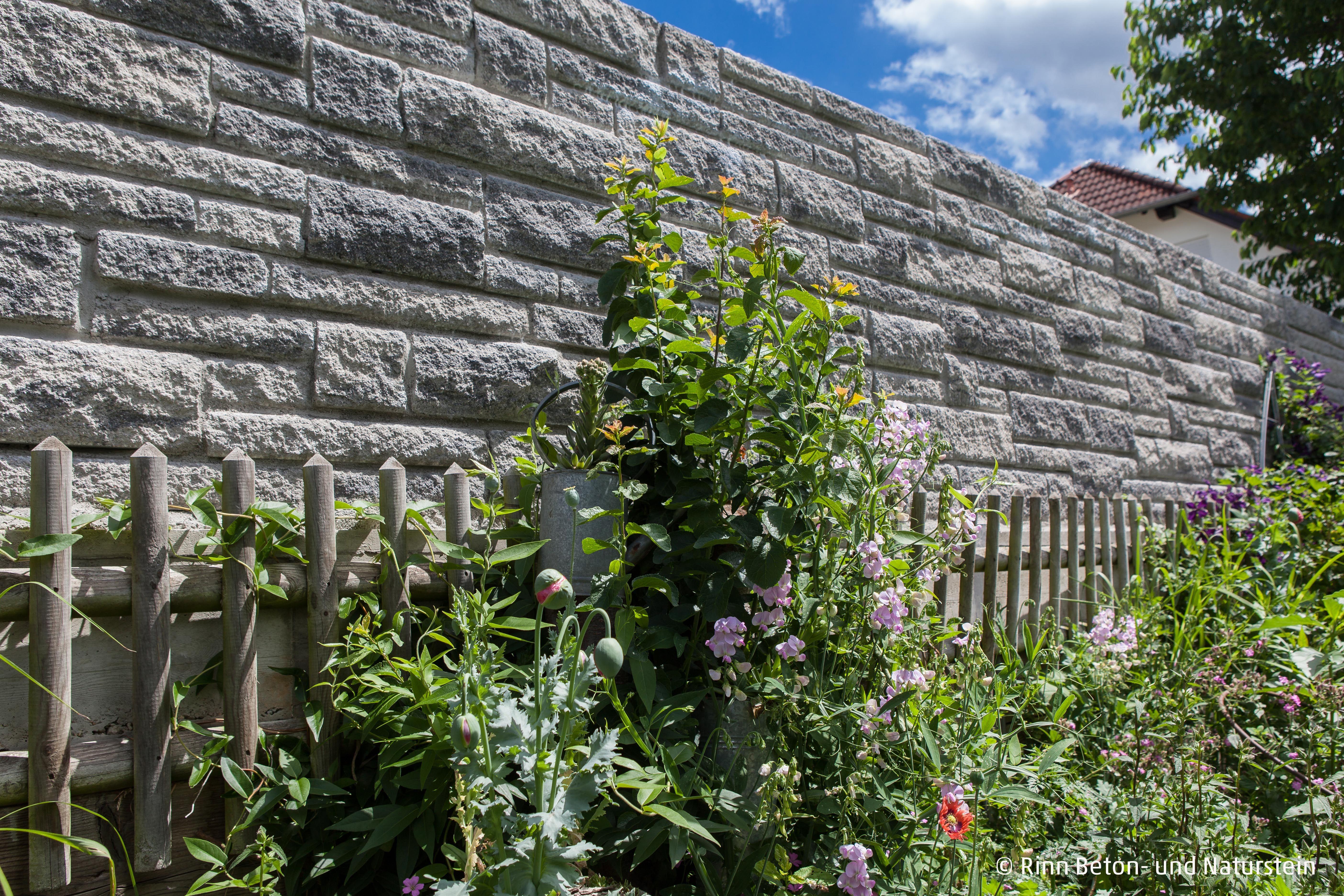 Geben Sie Ihrem Mediterranen Garten Die Passende Einfriedung Mit Der Toskana Mauer Rinnbeton Design Gartengesta Mediterraner Garten Garten Gartengestaltung