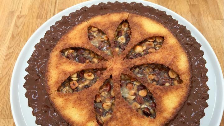 Billede af smuk toscatærte med nødder, mørdej og chokolade.
