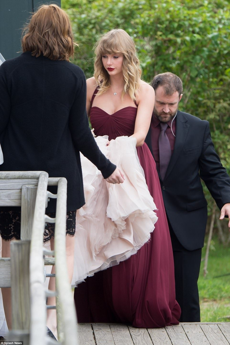Taylor Swift Is An Attentive Bridesmaid At Abigail Anderson S Wedding In 2020 Country Bridesmaid Dresses Taylor Swift Hot Bridesmaid