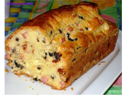 Ένα γρήγορο αλμυρό κέικ για το πρωϊνό σας και όχι μόνο. Ζεστό και λαχταριστό με τη μυρωδιά και τη γεύση του μπέικον και του ζαμπόν και τα τυριά που λιώνουν