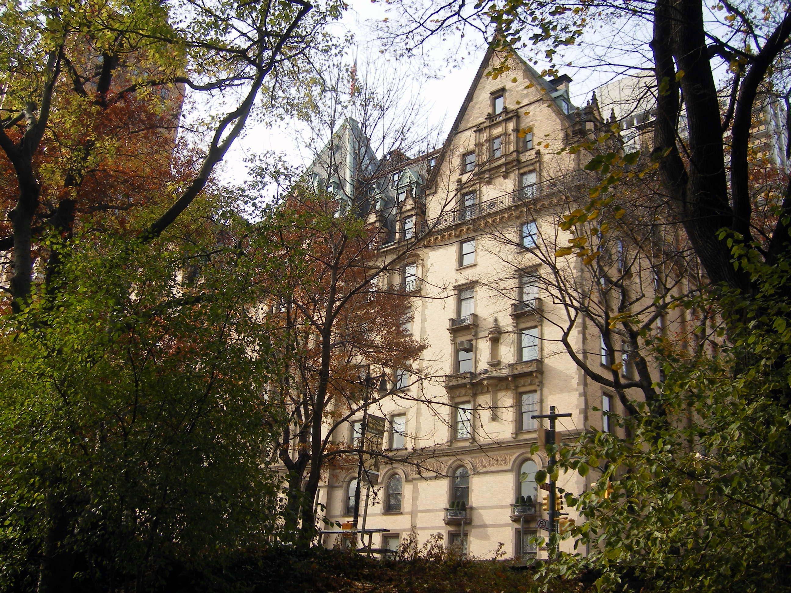 Edificio de apartamentos Dakota desde Central Park, NY