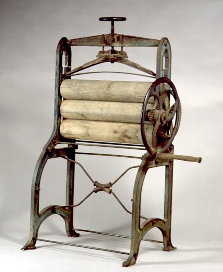MAQUINÁRIO 4 - Hand-operated mangle used to wring water from wet laundry at a mental health hospital in Victoria, Australia, circa Manufactured by Nicoll, G. Vintage Iron, Vintage Tools, Mental Health Hospitals, Old Washing Machine, Washing Machines, Vintage Furniture, Furniture Design, Wash Tubs, Vintage Laundry