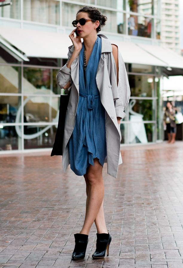 TRENCH COAT JACKET SLIT ARMS BLUE DRESS BLACK BOOTS STREET STYLE ...