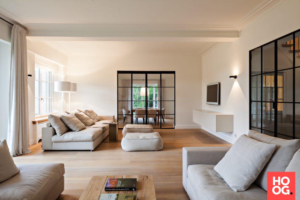 Luxe meubels in woonkamer ontwerp met open haarda | plancher ...