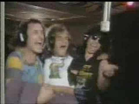Quiet Riot - (We Were) Born To Rock,Quiet Riot es una banda estadounidense de Heavy Metal que, entre 1983 y 1984, contribuyó al éxito del llamado glam metal en los años 80.