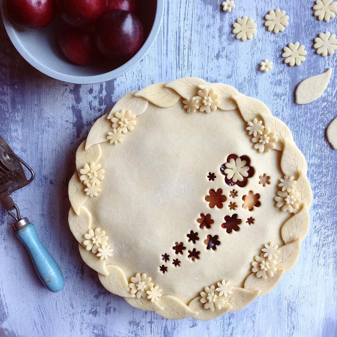 Cute and easy way to decorate your favourite fruit pie
