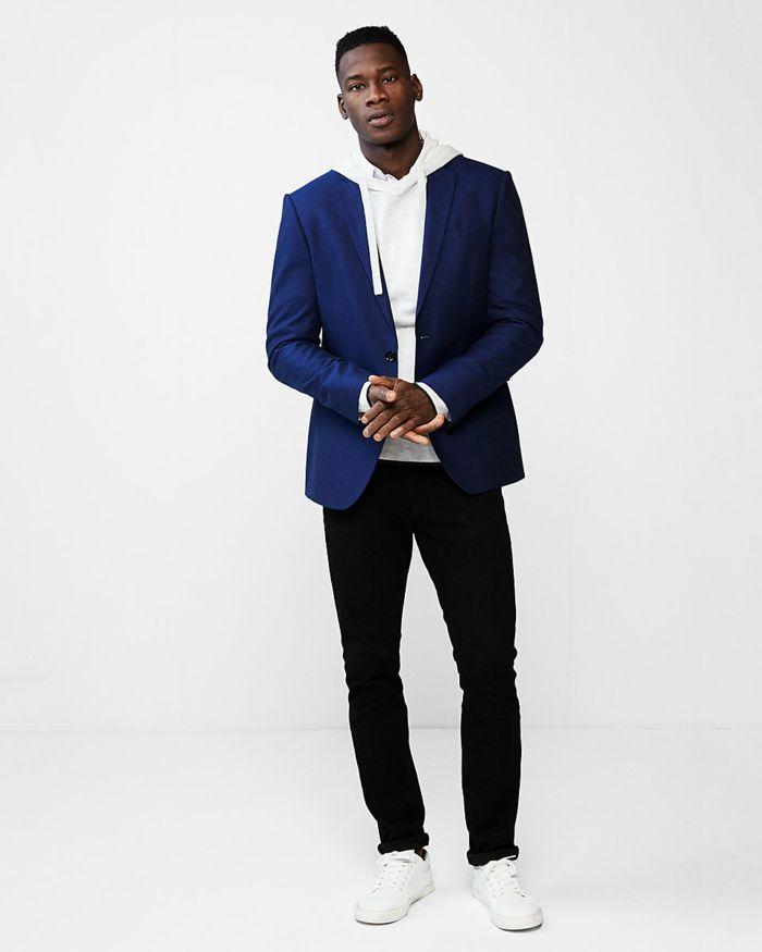 veste de costume homme, sweater blanc avec des ficelles pour le capuche,  pantalon noir