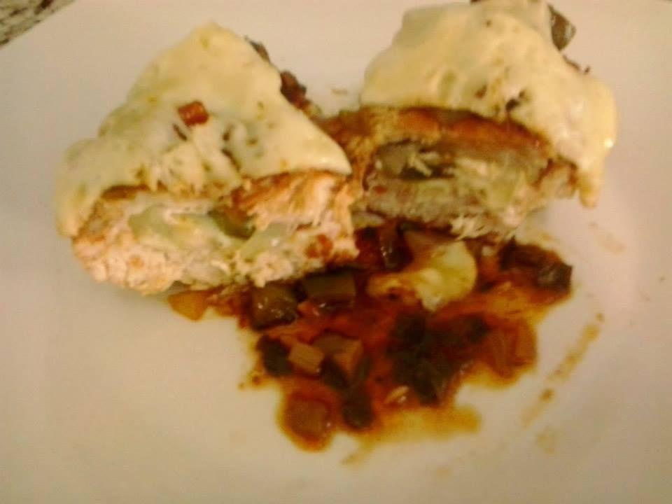 Ingredientes  1 kg de filés de frango médios limpos (cerca de 4 filés) Sal ou tempero pronto a gosto Para o recheio 1/2 pimentão verde médio cortado em tiras 1/2 pimentão