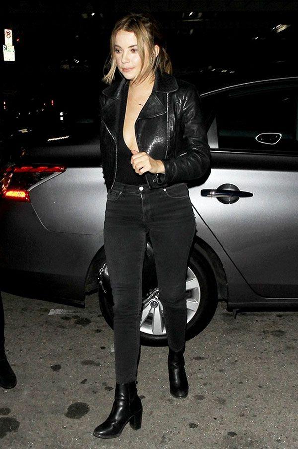 Ashley Benson usa body com calça cinza e jaqueta preta