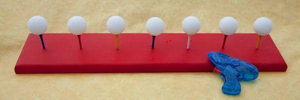 un jeu d 39 adresse les enfants doivent faire tomber des balles de ping pong en quilibre sur des. Black Bedroom Furniture Sets. Home Design Ideas