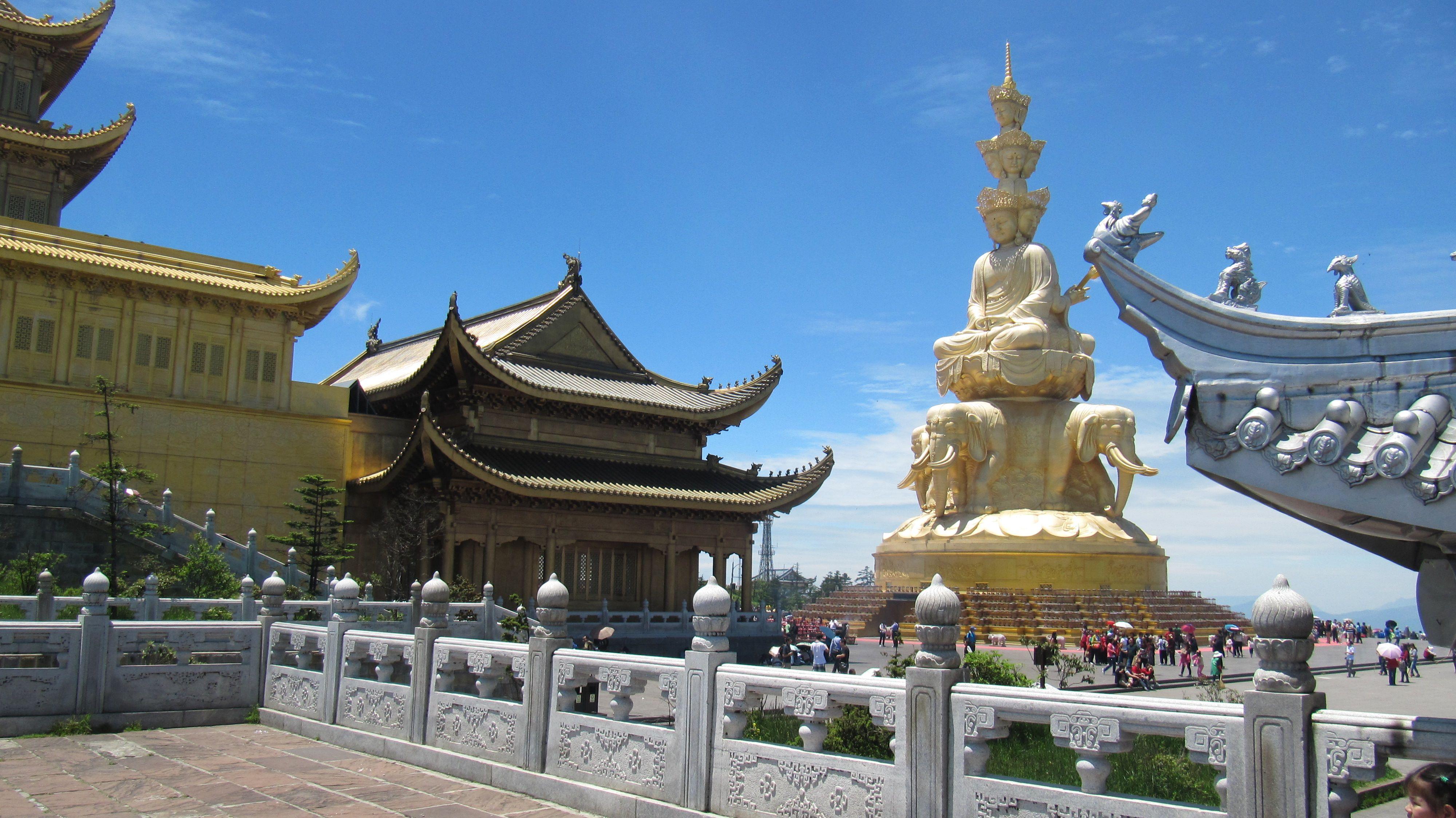 """MONTE EMEI 峨眉山  - 1 de las cuatro 4 sagradas para el budismo. Se encuentra el primer templo budista construido en China en el siglo I y diecisiete monasterios construidos durante la dinastía Qing.  - En la """"cima de oro"""" hay una estatua dedicada al Buda Samantabadra y tres templos: de bronce, plata y oro (por sus colores). - Paisaje impresionantes de cumbres envueltas en niebla y famosa también por sus monos, sagrados para los monjes.  - Llegada en autobús desde Leshan"""