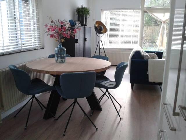 Zuiver Stoel Omg : Mooie sfeerfoto bij de klant thuis van de blauwe omg stoelen van