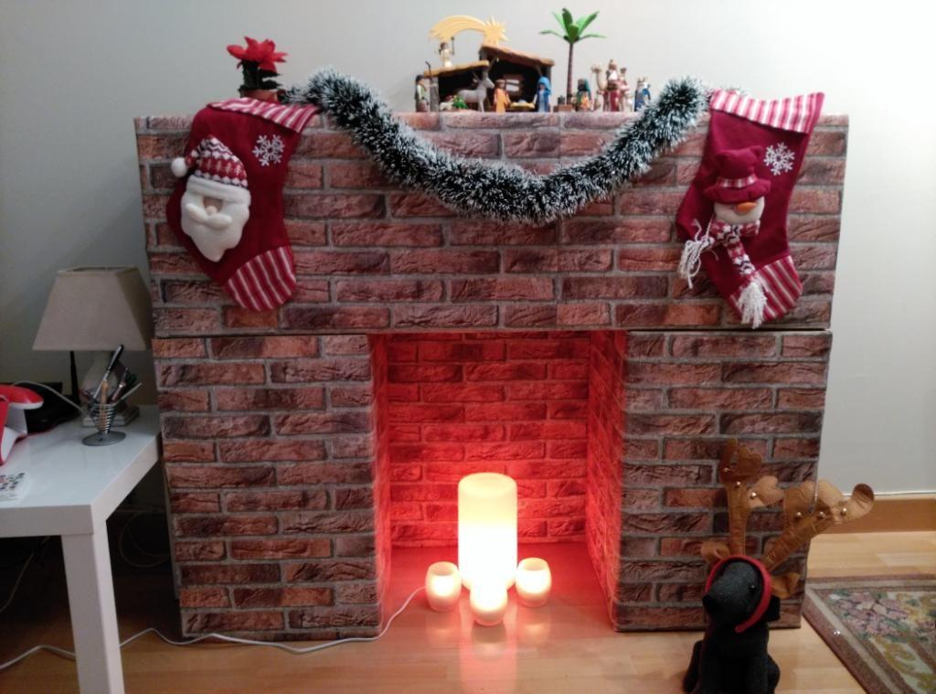 Chimenea navideña hecha con cartón y papel pintado Navidad