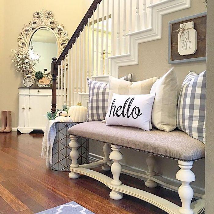 1001 flur ideen zum auffrischen und neordnen ein rahmen runde tische und holztreppe. Black Bedroom Furniture Sets. Home Design Ideas