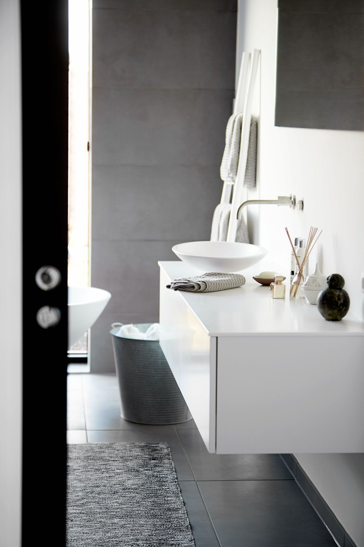 Photo of Enkelt, stilrent og lidt råt badeværelse i flot nordisk design. Se hele bolige…
