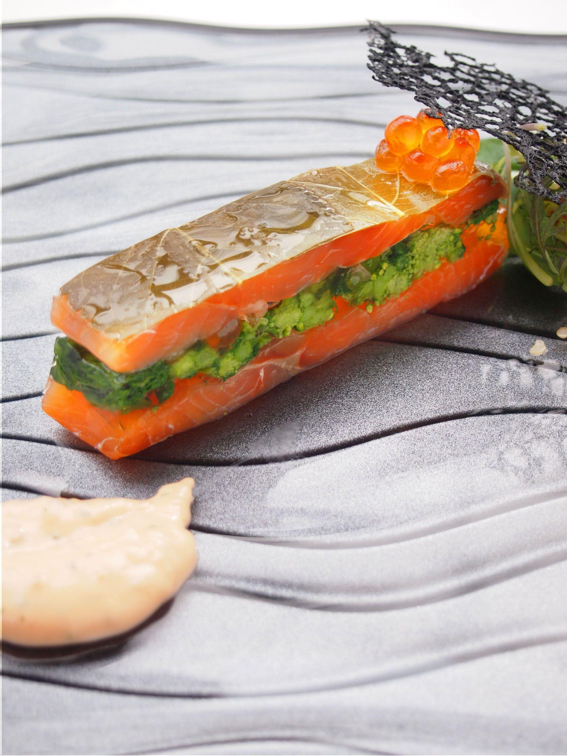 葉桜香る桜鱒のマリネと菜花のプレッセ クリビアック風 ソースショロンを添えて