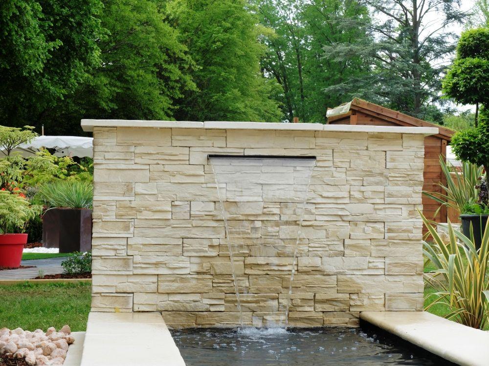 Jardin cosy : Fontaine de jardin réalisée avec un parement mural pierre sèche et la bassin monté avec la margelle réversible. Pour plus d'infos : https://youtu.be/aHE3EUtfw6w