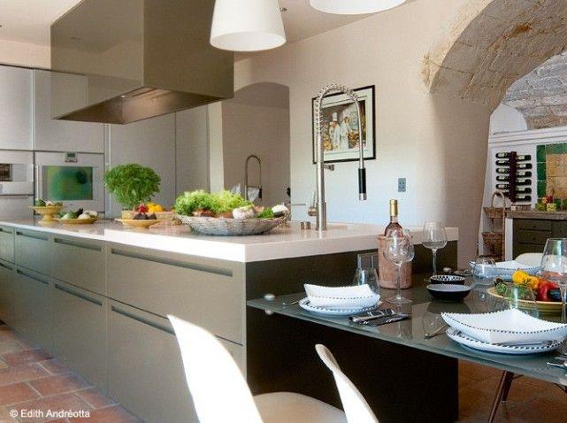 Une cuisine dans le prolongement de lu0027îlot Dans la cuisine de la - cuisine d ete en pierre