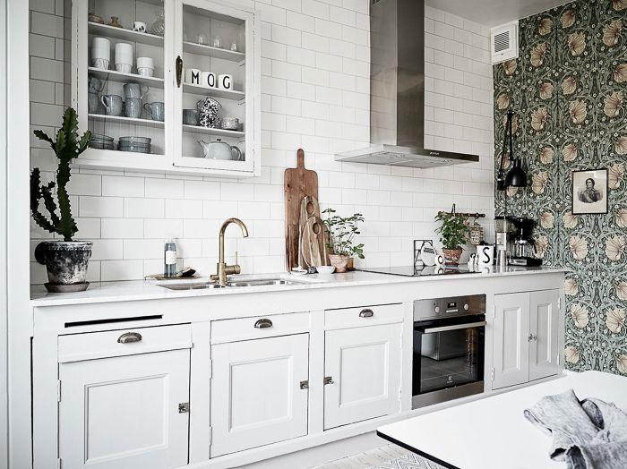 DECO Estilo nórdico: Cocina blanca vintage con papel pintado y ...