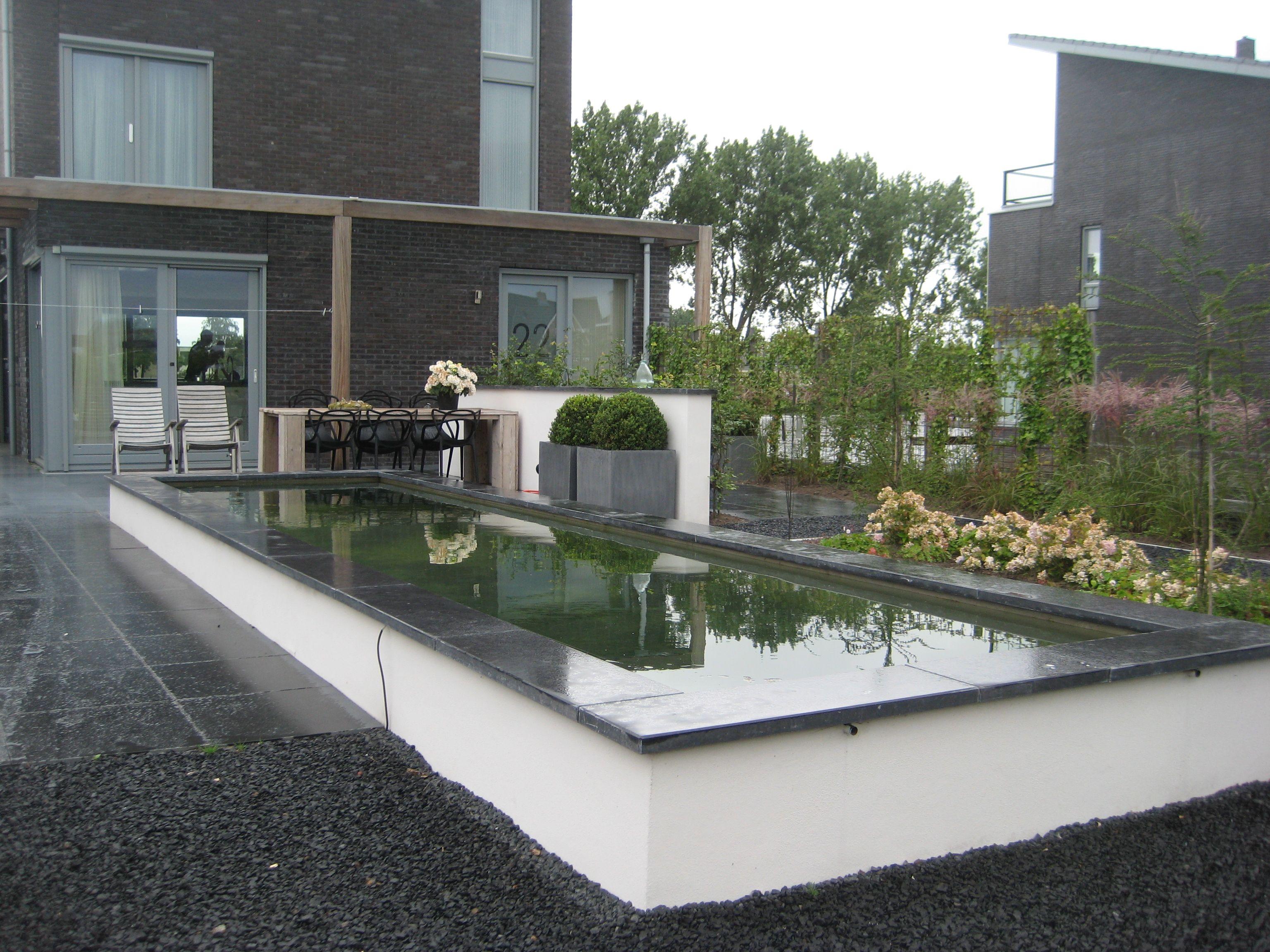 De priv tuin met strakke vijver rechts achter de voordeur te zien strakke moderne tuin sneek - Te dekken moderne tuin ...