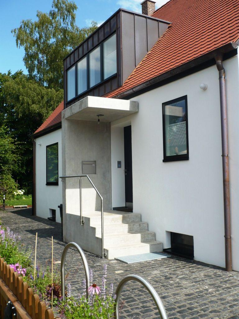 sehr moderne und schlichte Eingangssituation mit Treppe und Podest ...