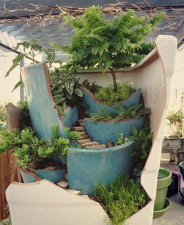 A miniatűr kert remek újrahasznosítási lehetőség törött virágcserepeknek.