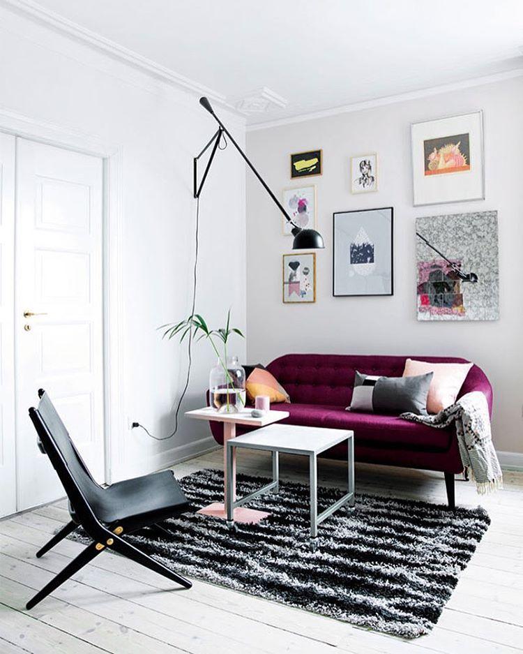 Den lyse og lette stil i stuen er finest ifølge 69% af jer! Find plakaterne som dekorerer væggen på retrovilla.dk #hjemmehosmettehelena #mettehelenarasmussen #sofakompagniet #bylassen #nynnerosenvinge #amileinthewoods #fuugacph #R09pudder #durup #flos265 #ikea #masalachaii #placedebleu #houseofrym @sofakompagniet