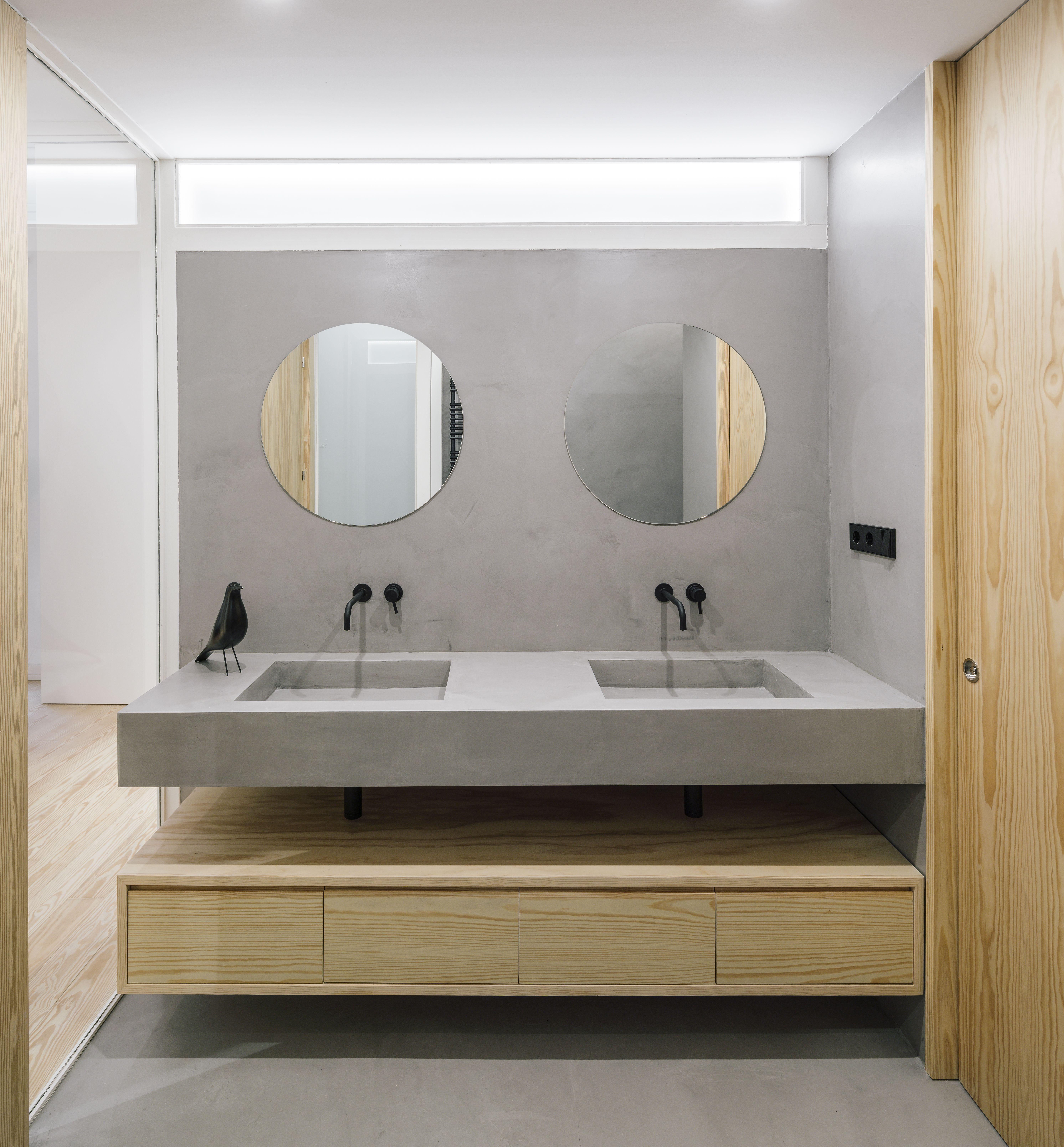 Gewachster Beton Und Helles Holz Im Bad Altbau Loft Altbau Minimalistisches Badezimmer