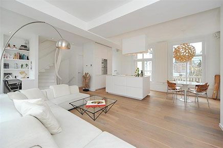 lichte woonkamer met compacte open keuken | inrichting-huis, Deco ideeën