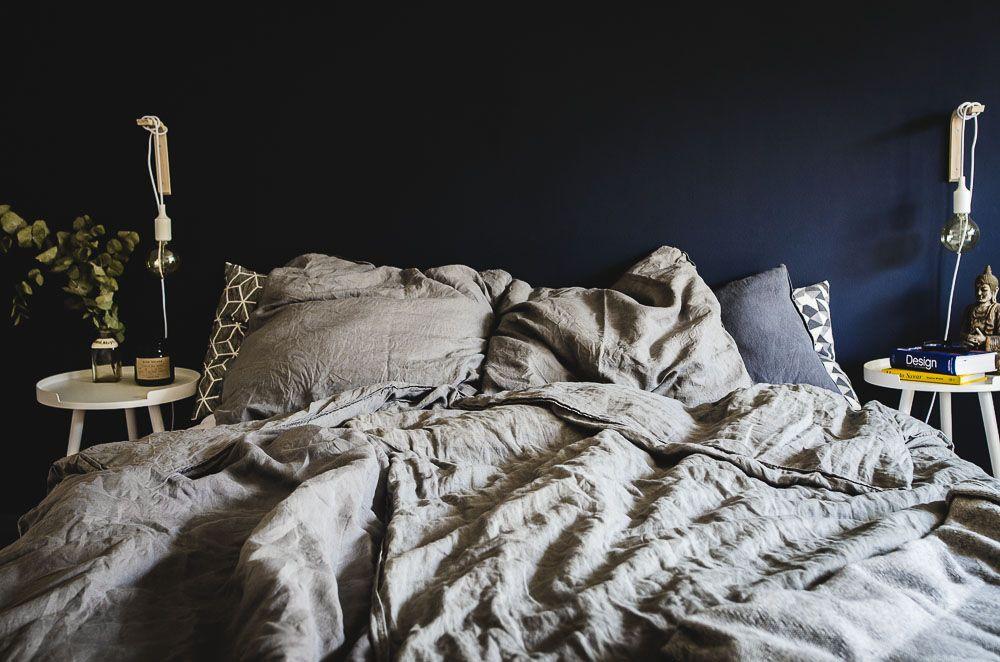 Vibienne Design Wohnen Interieur Dunkelblaues Schlafzimmer Bett Mit Leinen Bettwasche Im Danish Design In 2019 Dunkelblaues Schlafzimmer Schlafzimmer Und Room Inspo