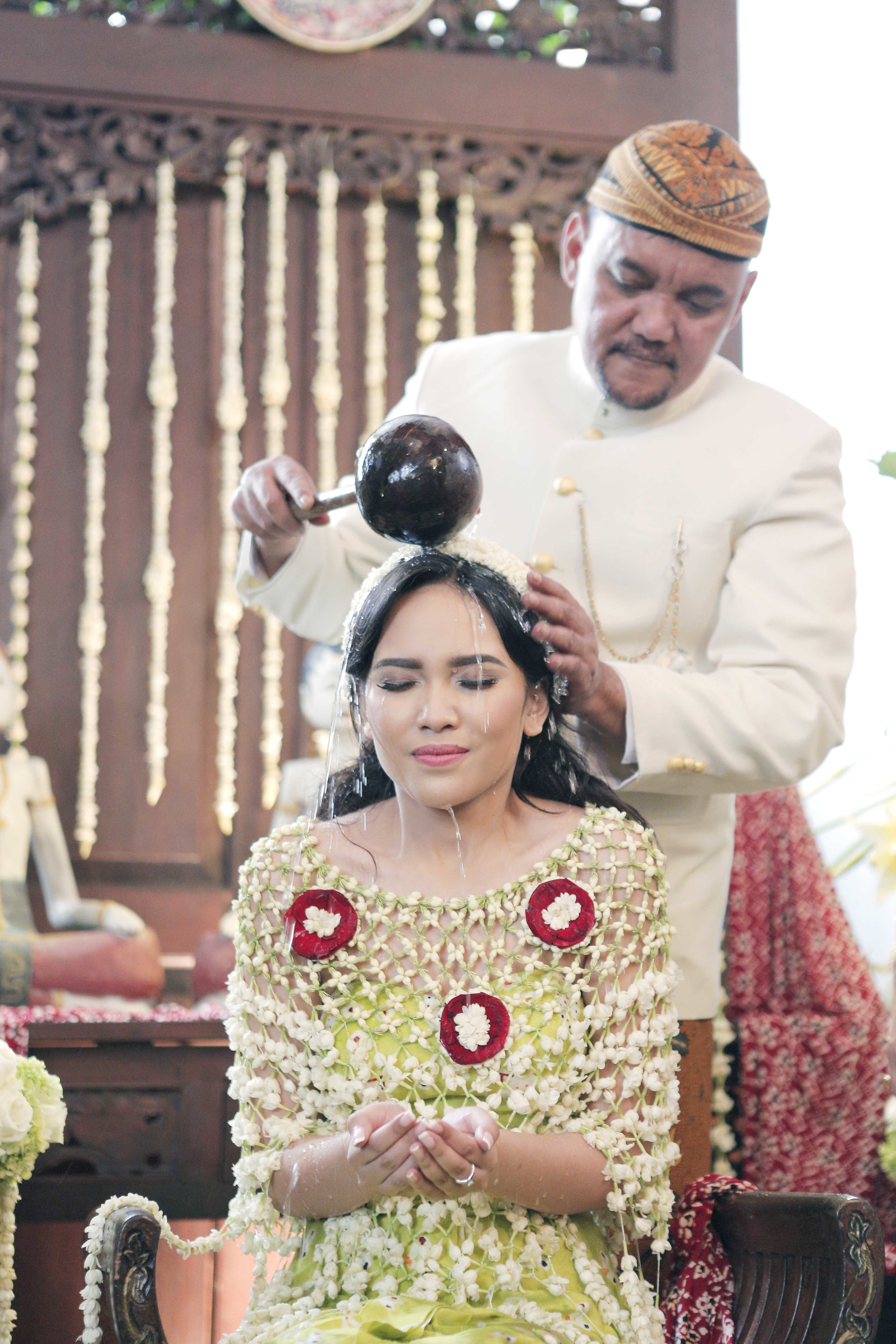 Traditional Indonesian weddings never fail to impress. Its symbolic meanings and beauty exudes nothing less than rich cultural feel. Take a look at the wedding of Sharin and Bayu from the lens of Soe