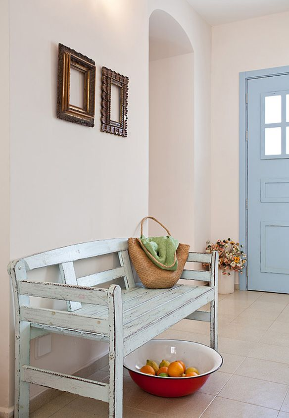 Cool Sunken Living Room Ideas For Your Dreamed House: מבואת הכניסה בנגיעות תכלת / נועה פריד - עיצוב פנים - אורלי רובינזון, האתר הישראלי לעיצוב