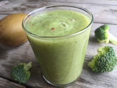 Groene smoothie met broccoli en zoete kiwi  Nodig voor 1 grote smoothie  een handje gewassen broccoli roosjes 1 kiwi gold 1 appel scheut water